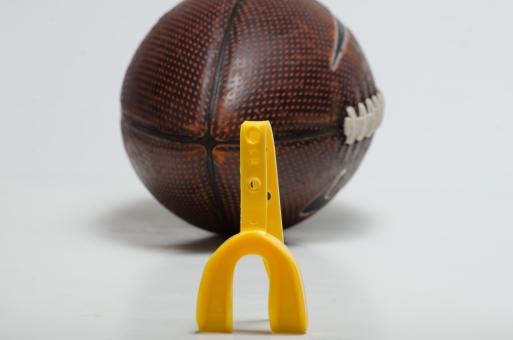 運動 スポーツ 競技 道具 用具 製品 プロダクト 素材  室内 屋内 スタジオ撮影 背景 白バック 1個 アップ 接写 無人 マウスピース 口 ガード 守る 保護 アメフト アメリカンフットボール ラグビー 黄色 球技 ボール ラグビーボール 球技