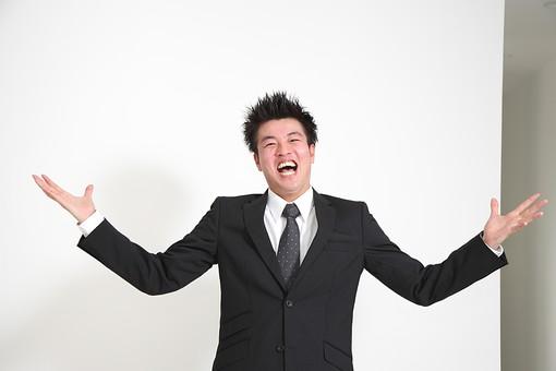 ビジネス 仕事 会社 ビル 建物 建築 建築物 壁 白い 部屋 サラリーマン ビジネスマン 会社員 男性社員 男性 男の人 成人 20代 スーツ ポーズ ガッツポーズ 握りこぶし 喜ぶ 感情表現 びっくりする 驚く 手を広げる 白背景 影 室内 屋内 日本人 人物 mdjm003