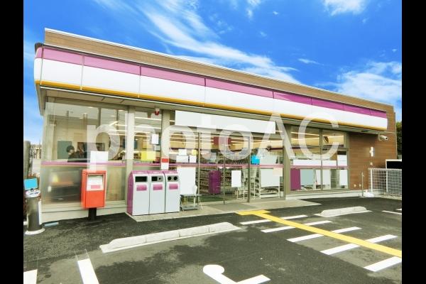 青空と架空のコンビニ店舗の写真