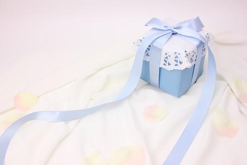 プレゼント ギフト リボン りぼん 箱 誕生日 イベント 手作り 記念日 記念 バレンタインデー バレンタイン ラッピング ギフトボックス 包装 包装紙 レース 水色 青 ブルー ブライダル ウェディング 白 布 サテン 花 花びら ホワイトデー