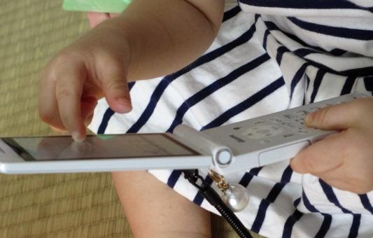 かわいい 記録 画面 携帯電話 探る 確認 立体 1歳2ヵ月 幼児 離乳 頭脳 能力 連動作業 触れる アップロード 更新 探求心 成長 意欲 好奇心 賢い 知能 可愛い 手 指 乳幼児 知育 1歳 誕生 布 赤 黄色 学習 触る 確かめる 子供 手指 知恵 一人遊び 遊び 大好き 音 興味 思考 考える 聴く 聞かせる 読む 手触り しましま ワンピース 器用 畳 人差し指 指さす