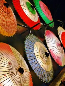 傘 和傘 ライトアップ 金沢 兼六園 夜 鮮やか 彩 赤 緑 青 ピンク 白 オレンジ 秋 11月 季節 行事 背景