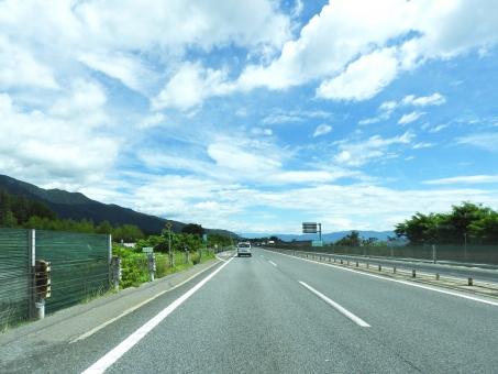 高速道路 高速 道路 走る 道 ハイウェイ 青空 青い空 空 晴天 晴れ 季節 7月 8月 夏 夏休み 背景 素材 材料 交通 車 自動車 運転 運転中 ドライブ ドライブ中 お出かけ お出掛け 自然 風景 横