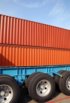 コンテナ コンテナヤード コンテナターミナル トラック トレーラー 車 自動車 タイヤ 空 青空 晴れ ビジネス 荷物 容器 貨物 輸送 運輸 運輸業 物流 流通 運搬 物資 産業 工場 積荷 鉄 スチール 箱 積む 重なる 重なり 運ぶ 金属 無人 人物なし 日本 部分 イメージ