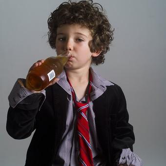 外国人 外人 白人 男性 男 男の子 子供 子ども 幼児 パーマ 天然 幼稚園 小学生 Yシャツ ワイシャツ 青 白 チェック 柄  ネクタイ 赤 ファッション お洒落 飲み物 飲料 ジュース お酒 持つ 瓶 ビン 飲む ドリンク mdmk011