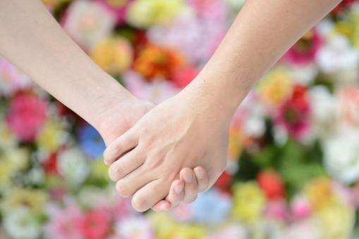 手 つなぐ 二人 カップル 夫婦 デート 恋愛 結婚 愛 愛情 花 花畑 植物 カラフル 絆 緑 男女 指 絡む 絡ませる ビューティー 恋人 パートナー