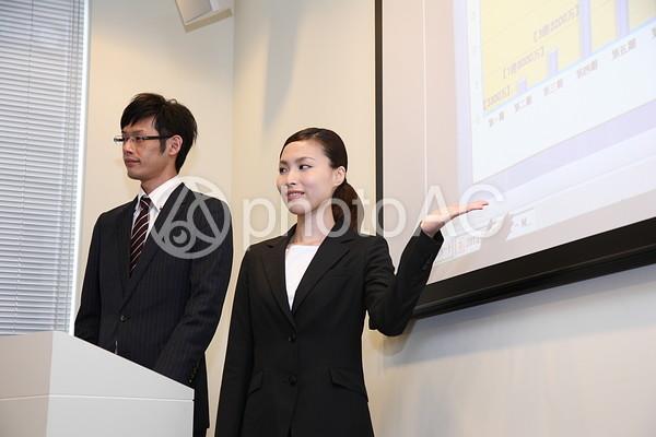 プレゼンをするビジネスマン、ビジネスウーマン8の写真