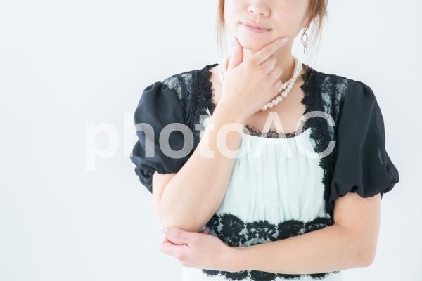 考えるドレス姿の女性の写真