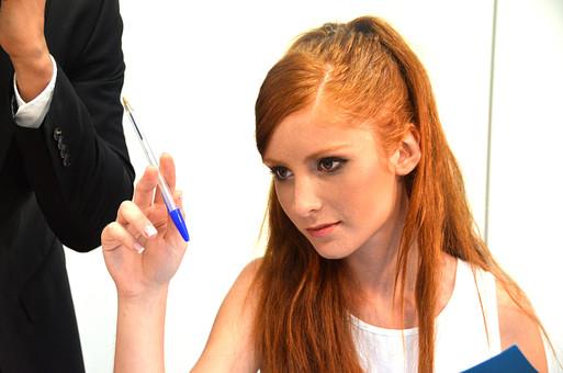 会社 オフィス ビジネス 仕事 職場 屋内 室内 働く スーツ 人物 女性 上司 部下 先輩 後輩 白人 インターナショナル 外国人 外人 外人女性 白人女性 グローバル デスク ペン 発案 mdff126