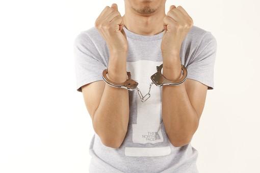 人物 男性 若者 手 手錠 犯罪 犯人 犯罪者 逮捕 検挙 事件 窃盗 詐欺 傷害 罪 現行犯 容疑者 捕まえる 正面 白バック 白背景 アップ Tシャツ 後悔 違法行為 不法行為 捕まる