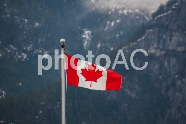 岩山をバックにはためくカナダ国旗  スコーミッシュ  カナダの写真