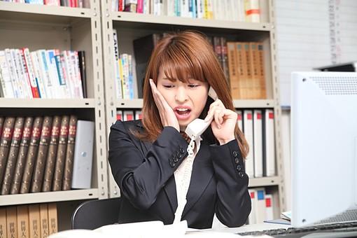 人物 日本人 仕事 ビジネス 会社員  社員 屋内 室内 社内 デスクワーク  オフィス 事務所 会社 女性 OL 電話 対応 驚く ミス 間違える 慌てる 失敗 トラブル 困る 上半身 クレーム スーツ オーバーリアクション mdfj012