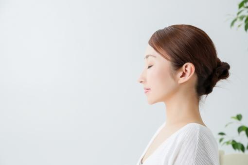 女性の横顔1(目を瞑る)の写真