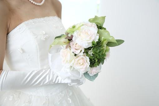 花嫁 女性 美しい きれい 上品 ウェディング 結婚式 結婚 記念 光 ブーケ 花束 ペンダント 純白 白 透明感 グローブ 胸元 レース 真珠 肩 肩出し 持つ 薔薇 シルク ドレス ウェディングドレス  ドレス ウェディングドレス