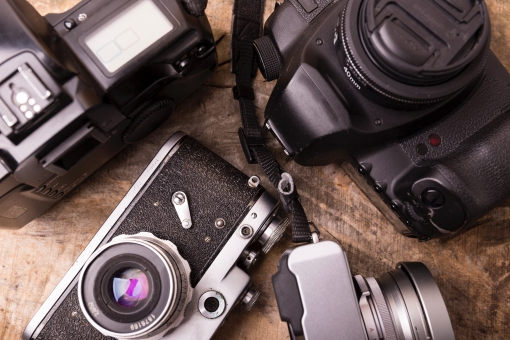 趣味 ホビー カメラ レトロ フィルムカメラ 一眼レフ レフ 中古カメラ デジタルカメラ マニュアル オート フィルム  たくさん コレクション 集める 黒 ブラック シルバー 銀 机 テーブル 木 木目 ジャンク コレクター プロ 写真家