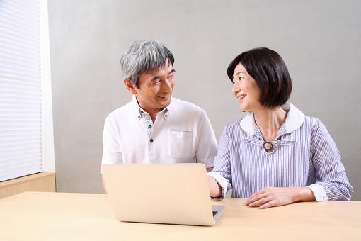 シニア 老人 おじいちゃん おばあちゃん 夫婦 ライフスタイル 趣味 PC ノートパソコン 生涯学習 習う 教える 仲良し おじいさん おばあさん 笑顔 笑う 人物 日本人 60代 パソコン 情報 検索 生活 暮らし シニアライフ WEBサイト mdfs002 mdjm013