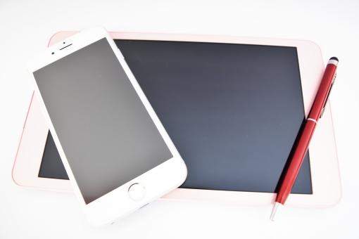 タブレット たぶれっと スマホ スマートホン すまほ スマートフォン スマフォ タッチペン ボタン ポッチ アップ ペン ボールペン スケジュール 管理 メモ めも 記憶 記録 デジタル 家電 エンジ アイフォン iphone 携帯電話 携帯 電話 仕事 ビジネス シーン 明るい 光 インターネット it ネット ネット通信 パソコン 黒画面 画面 黒 ピンク 白 ホワイト 押す タッチ