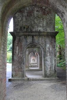 日本 屋外 景観 景色 風景 無人 アーチ トンネル 屋根 並ぶ 並べる 柱 建築 建築物 古い 歴史 アンティーク 木 樹木 葉 葉っぱ 緑 枝 自然 植物 空 曇り 薄日 重なる 連続