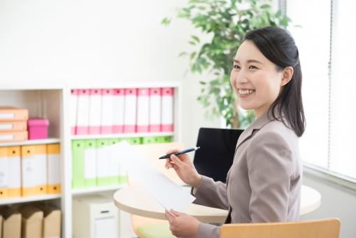 オフィスワークの女性の写真