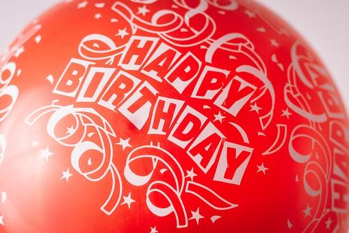 風船 ふうせん 英語 イングリッシュ 文字 誕生日 ハッピーバースデー 誕生祝い 手 持つ 人物 屋内 お祝い 赤 レッド 贈り物 ギフト 幸せ 幸福 接写 アップ ズーム 膨らむ バルーン 横から視線 Happy Birthday