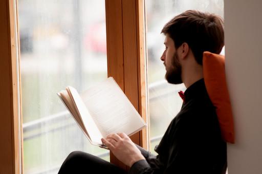 本 ブック 書物 書籍 図書 読書 読む 趣味 勉強 人物 男性 男 外国人 若い 若者 髭 20代 上半身 ページ 捲る めくる 開く 座る 接写 クローズアップ アップ 横顔 クッション 窓際 窓辺 もたれる 寄りかかる mdfm079
