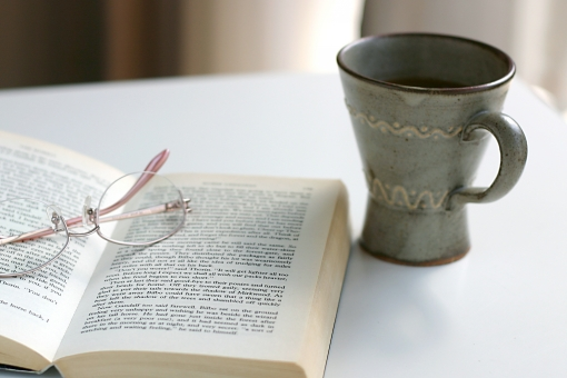本 読書 メガネ めがね 眼鏡 小説 辞書 コーヒー コップ インテリア 部屋 家 リビング 勉強 趣味 テーブル 机 読書の秋 秋
