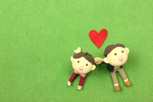 クレイ クレイアート クレイドール ねんど 粘土 クラフト 人形 アート 立体 イラスト 粘土作品 人物 笑顔 ほほえみ  女性 男性 男女 カップル 夫婦 デート  幸せ 仲良し  愛 恋  ラブ love 座る 寄り添う 見上げる 手をつなぐ 2人 芝生 緑 ピクニック ハート