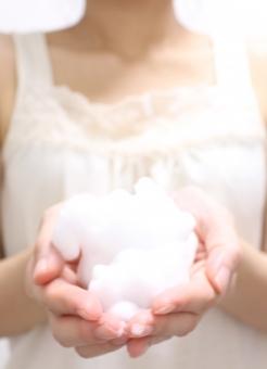 洗顔 泡 ネット 手 泡立つ 部屋 家 洗面 上半身 腕 首 胸 白 ホワイト 美白 美容 健康 キレイ 綺麗 肌 健やか 清潔 朝 夜 流す 洗う エステ 縦