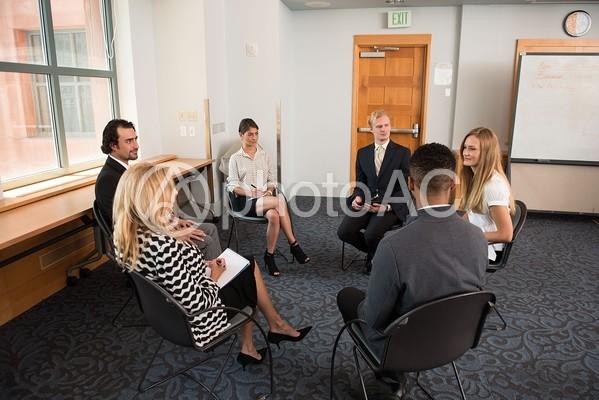 ディスカッションする外国人グループ3の写真