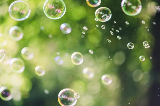 しゃぼん玉 シャボン玉 しゃぼんだま 石鹸 石けん 洗剤 泡 バブル 球体 丸い 遊び 飛ばす 浮く 漂う 透明 儚い はかない 膨らむ ふくらむ 風景 背景 素材 背景素材 屋外 野外 外 緑 公園