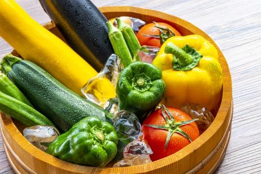 食べ物 健康 食事 フレッシュ 料理 夏 健康管理 サラダ 野菜 パプリカ ピーマン トマト 黄色 たくさん いっぱい カフェ 氷 食物 フード 食品 冷たい 緑黄色野菜 ヘルシー ベジタブル 食材 赤色 新鮮 栄養 生野菜 季節 茄子 おいしい 健康食品 採れたて 夏野菜 みずみずしい オーガニック ズッキーニ オクラ おくら 桶 おけ 新鮮野菜 盛り合せ 夏の野菜 鮮度 氷で冷やした野菜