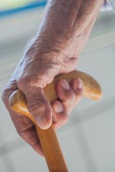 人物 老人 お年寄り 高齢者 シルバー 男性 おじいさん おじいちゃん 年老いた手 ハンドパーツ 手 指 ハンド パーツ 手の表情 クローズアップ 杖 ステッキ 支える 持つ 握る 片手 補助 介護 リハビリ 医療 福祉 歩く 立つ 手元 手先 指先
