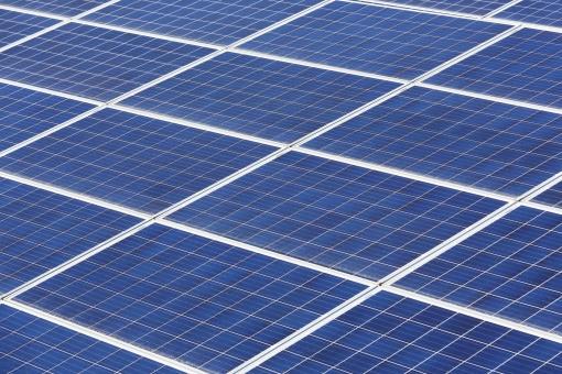 発電 ソーラーパネル 太陽電池 太陽光パネル 太陽発電 太陽光発電 エネルギー ソーラー発電 ソーラーパワー 屋根 建物 屋上 エコロジー ソーラー エコ 環境 テクノロジー 技術 自然 自然エネルギー 電気 クリーン クリーンエネルギー システム 産業 売電 設置 金属 反射 太陽光 光 青 青色 背景 バックグラウンド 模様 パターン 沢山 フレーム 枠 たくさん 並ぶ 屋外 野外 アップ 日本 無人