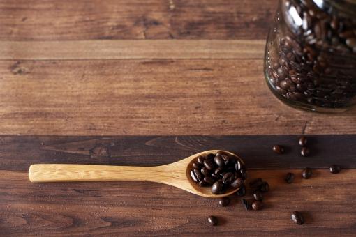 コーヒー豆 珈琲豆 珈琲 コーヒー スプーン 木のスプーン 瓶 ガラス瓶 ストック 豆 飲物 茶色 焙煎 嗜好品 カフェ ガラス 飲み物 ドリンク カフェイン 飲料 カトラリー