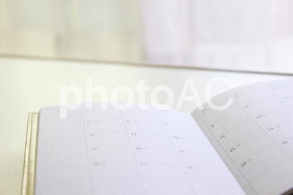 スケジュール帳 白 テーブルの写真