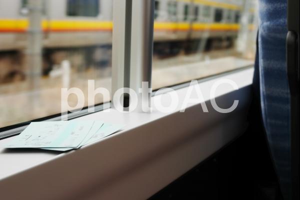 電車旅行 窓際の席の写真