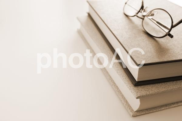 本とメガネ セピアの写真