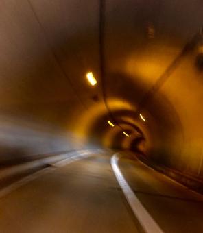 トンネル 車 道路 スピード 道 車道 速さ 走る オレンジ 交通 高速 アスファルト コンクリート 走行 飛ばす 自動車 カーブ 曲がる 行き先 速い 緊迫