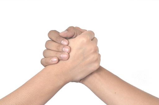 人物 背景 白 白背景 白バック 切り抜き パーツ ボディパーツ 腕 ポイント 指 手首 ジェスチャー 身ぶり 肌 余白  シンプル ハンドパーツ 右手 二つの手 握手 腕相撲 友達 シェイクハンズ 手を握る コミュニケーション 仲間