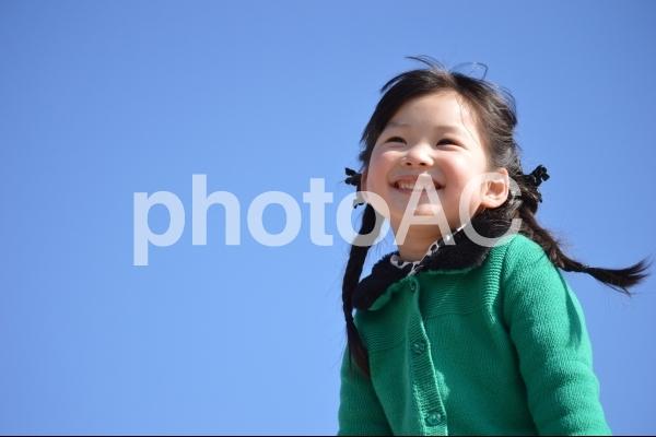 青空と子供の写真