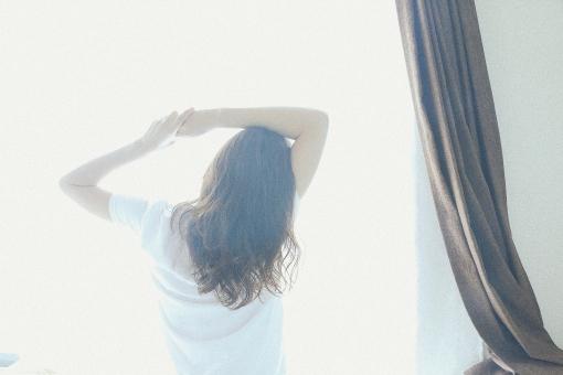 寝起きの女性8の写真