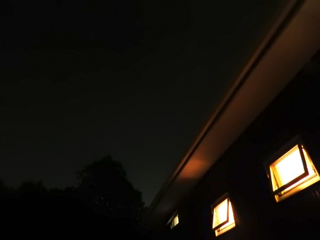 家 住宅 夜景 ライトアップ 夜 暗い 暗闇 ライト アップ 素材 材料 照らす てらす 灯 明り 背景 風景 余白 横 キレイ 綺麗 きれい 幻想的 夜の家 建築 建設 和モダンな家 和モダン 四角い窓 建物 おシャレ 窓 オシャレ