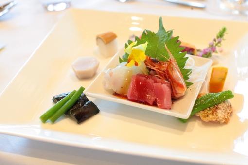 刺身 さしみ 海鮮 新鮮 前菜 食べ物 茄子 ナス えび 海老 マグロ いか 里芋 さといも 皿 洋食器 スクエア かぼちゃ 盛り合わせ 粗食 大葉 コース コース料理 料理
