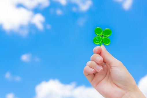 クローバー 幸せ ガラス 手 女性 幸運 未来 緑 クリーン グリーン 愛情 環境 植物 ハッピー きれい エネルギー 省エネ エコロジー エコノミー ボランティア 健康 四つ葉 青空 雲 空 スカイ