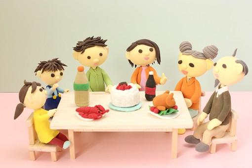 クレイ クレイアート クレイドール ねんど 粘土 クラフト 人形 アート 立体イラスト 粘土作品 家族 パーティー 誕生日 ケーキ チキン 海老 ペットボトル 女性 男性 子供 団らん だんらん 団欒