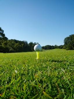 ゴルフ ゴルフ場 芝生 コンペ ゴルフコンペ 縦位置 癒やし 秋のゴルフ場 快晴 ティショット ゴルフボール
