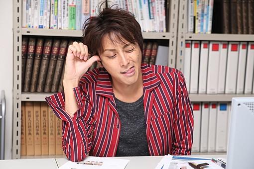 人物 日本人 男性 若者 若い  20代 仕事 職業 デザイナー グラフィックデザイナー  カジュアル オフィス 事務所 屋内 社内  室内 広告 会社 アイディア アイデア 考える 閃く ひらめき 笑顔 机 上半身 ひらめく オーバーリアクション mdjm009