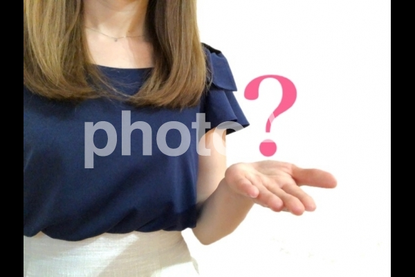 疑問を投げかける女性の写真