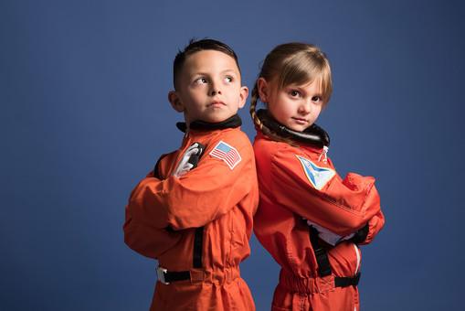 背景 ダーク ネイビー 紺 子ども こども 子供 2人 ふたり 二人 男 男児 男の子 女 女児 女の子 児童 宇宙服 宇宙 服 スペース スペースシャトル 宇宙飛行士 飛行士 オレンジ   目指す 希望 夢 将来 未来 体験 職業体験 職業 腕組み クール カッコいい かっこいい ポーズ 背中合わせ  外国人  mdmk009 mdfk045