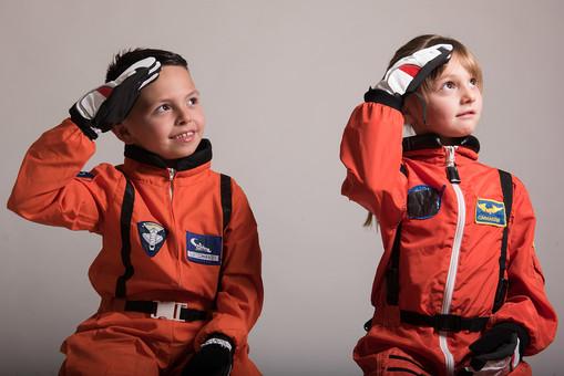 グレーバック 背景 グレー 子ども こども 子供 2人 ふたり 二人 男 男児 男の子 女 女児 女の子 児童 宇宙服 宇宙 服 スペース スペースシャトル 宇宙飛行士 飛行士 オレンジ 見上げる 目指す 希望 夢 敬礼 将来 未来 体験 職業体験 職業 外国人  mdmk009 mdfk045
